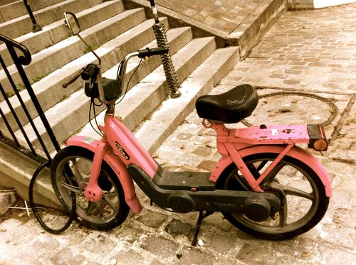 Old pink moped, Rue Chappe